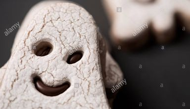libre-de-certains-cookies-en-forme-dun-fantome-sur-une-surface-gris-fonce-ke5cew